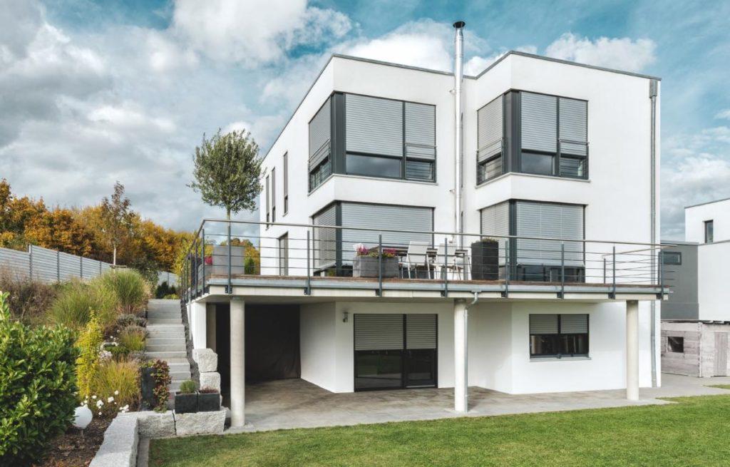 Aumínium redőny modern házra kívülről 3- Árnyékolás - A Jövő otthona - Hofstädter Nyílászárók